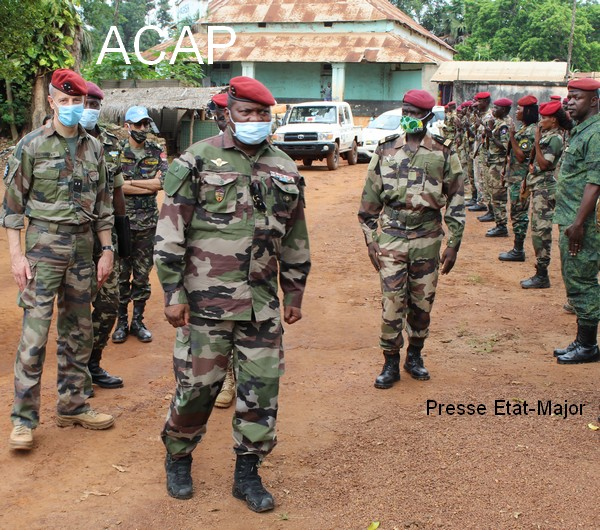 La troupe FACA de Bangassou rendant les honneur aux Général de division Z. MAMADOU et le Général E. PELTIER le 12 juin 2020