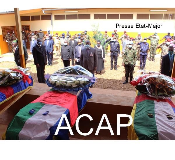 Le Président F.A TOUADERA se recueillant sur les dépouilles de deux FACA et un gendarme le 1er juillet 2020 à Bangui