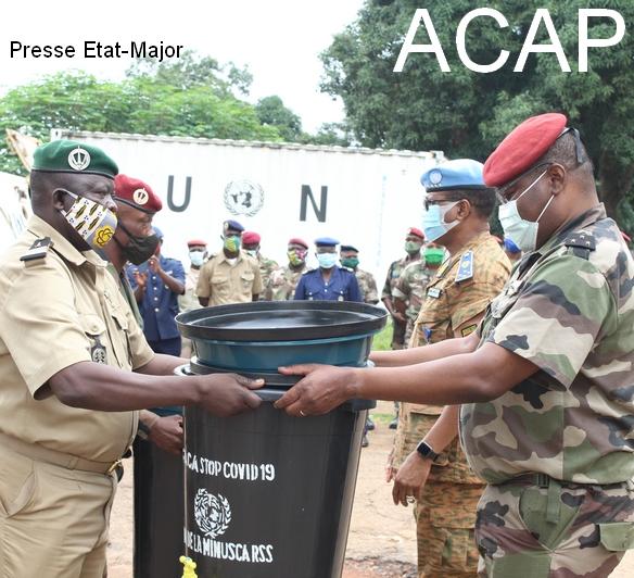 A droite le Général Z. MAMADOU remettant symboliquement un kit de lavage de main à un chef de corps, le 14 juillet 2020 au camp De roux