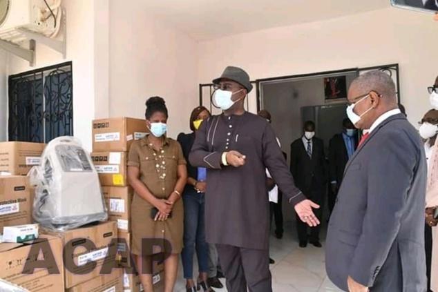 Le ministère des Finances et du Budget remet un lot des matériels médicaux au ministère de la Santé publique et de la Population