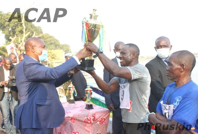 L'équipe Mondoli remporte la course  de pirogues à l'occasion de la fête nationale du 1er décembre