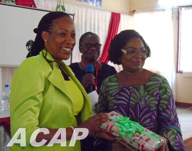 Mme Tina-Margueritte Touadéra offre des cadeaux aux participants de la conférence des femmes leaders