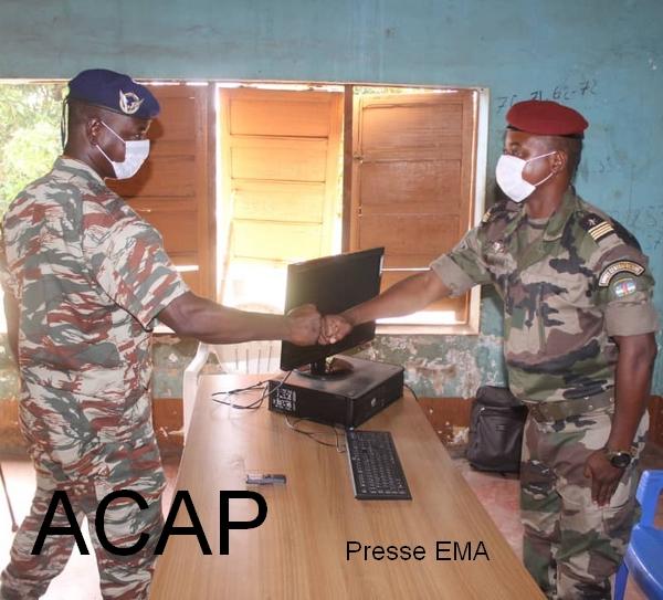 Un officier saluant le chef de corps du BIT7 après son installation le 09 04 21
