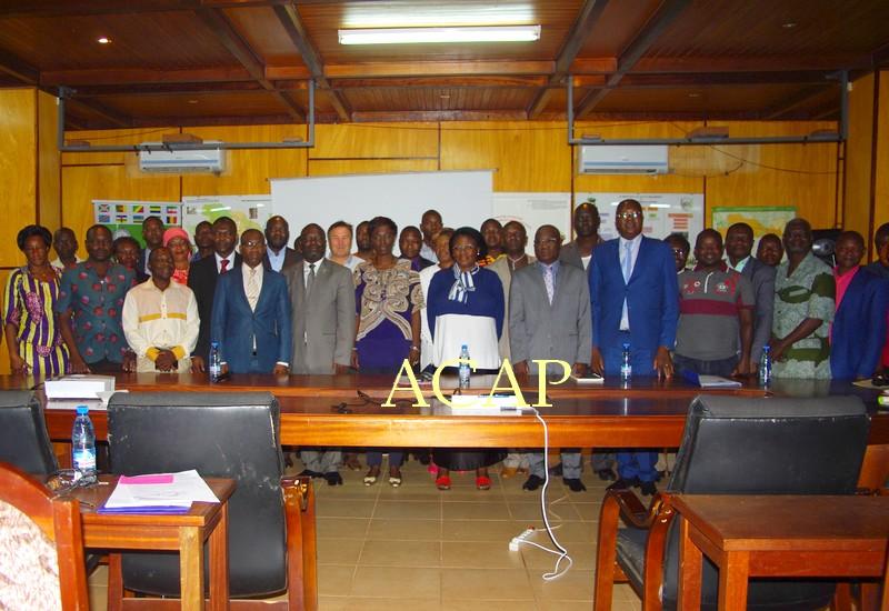 Photo de famille de la Ministre Arlette Sombo-Dibélé avec les délégués