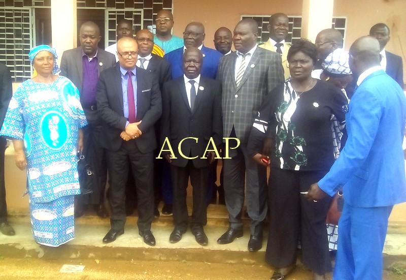Photo de famille du ministre Kamach (métis avec cravate violette) avec les parlementaires