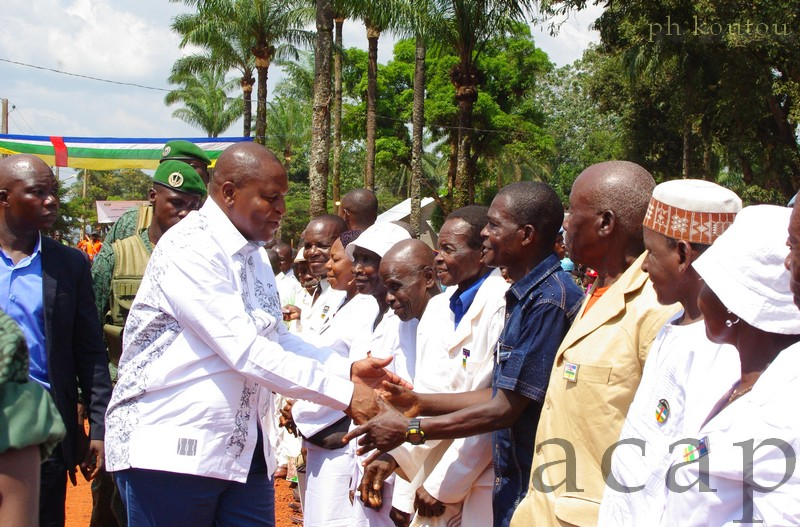 Le Président Touadéra saluant les notables de Berbérati (photo D. Koutou)