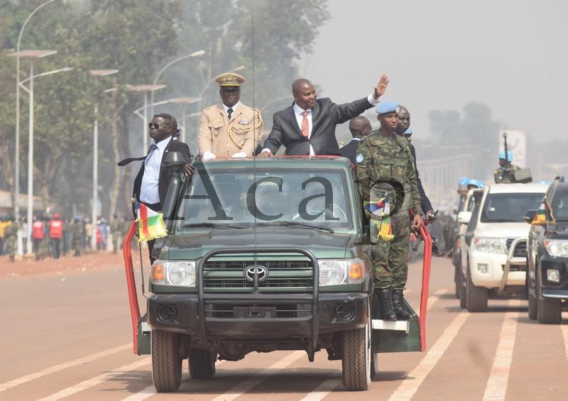 Le président Touadéra passant les troupes en revue avant la parade militaire