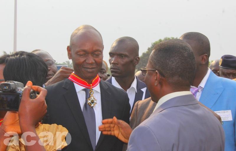 Le directeur de l'ACAP recevant sa décoration le 30 novembre à Bangui