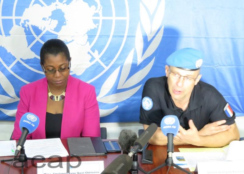 Uwolowulakana Ikavi-Gbétanou (g), porte-parole par intérim de la MINUSCA