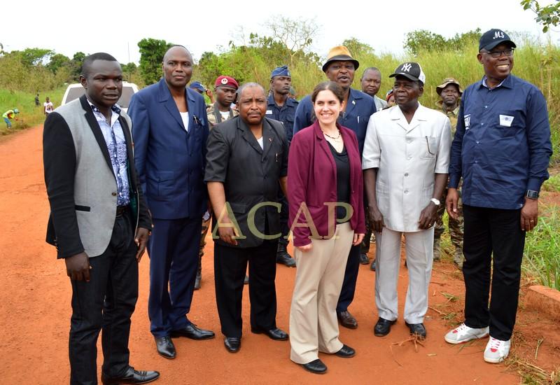 Photo de famille des membres du gouvernement, représentant de la Banque mondiale et responsables de AGETIP-CAF