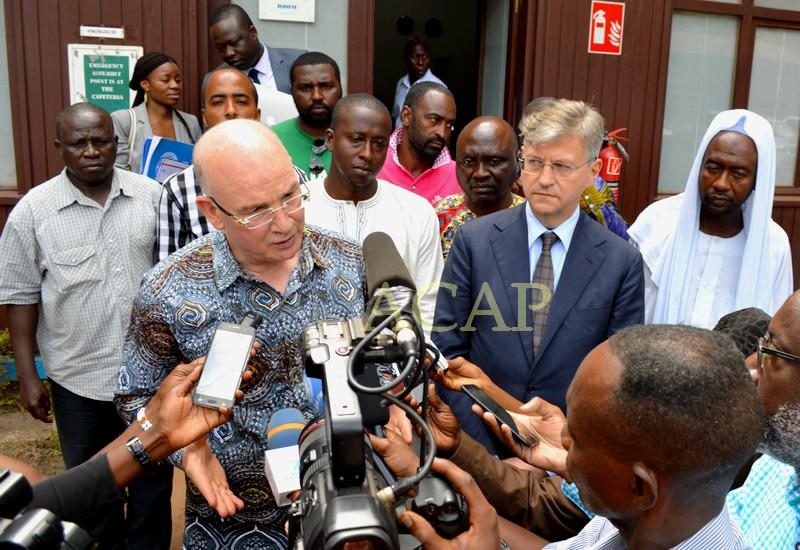Smaïl Chergui et Jean-Pierre Lacroix, jeudi 12 avril avec des habitants du Kilomètre 5