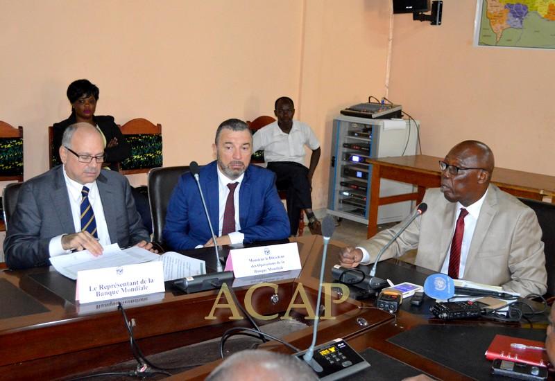 Le Représentant et le Directeur des opérations de la Banque mondiale (g) en compagnie du ministre Félix Moloua