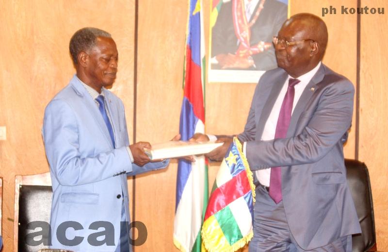Simplice Mathieu Sarandji (d) remettant les dossiers des intégrables au ministre Jean-Louis Opalégna