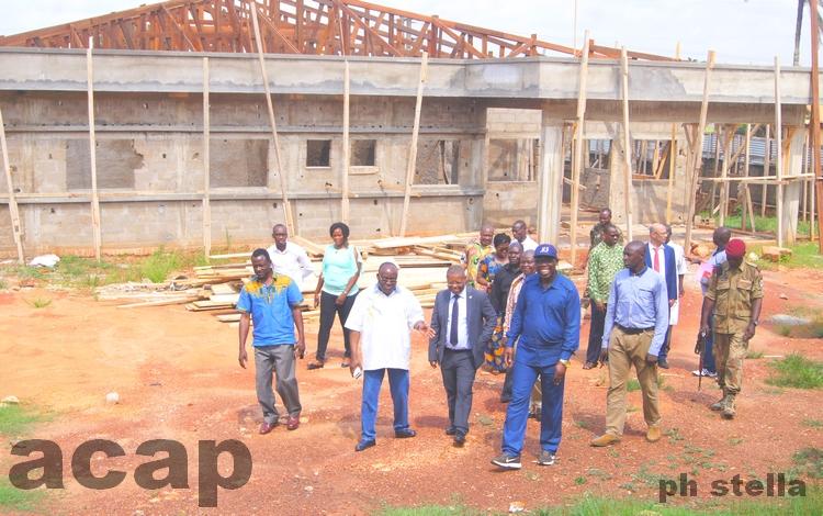 Félix Moloua (casquette) lors de la viste des chantiers en compagnie d'Emile Gros Raymond Nakombo et Pierre Somsé