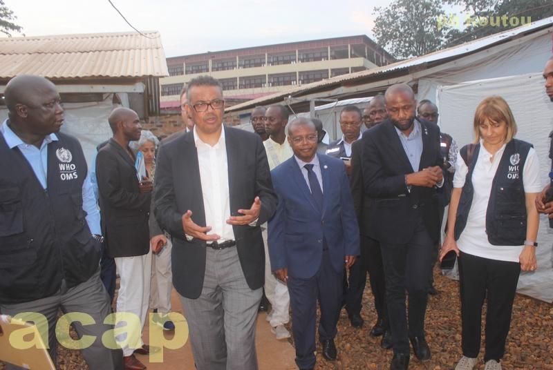 Le Dr Tedros Adhanom Ghebreyesus visitant le centre de prise en charge des épidémies de l'hôpital général de Bangui en compagnie du ministre centrafricain de la Santé, Pierre Somsé
