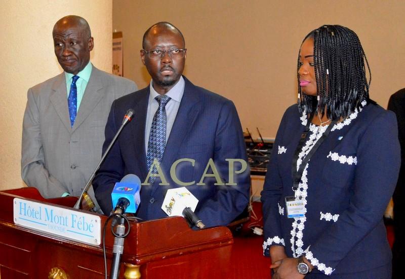 M. Abbas Mahamat Tolli (au milieu) devant la presse