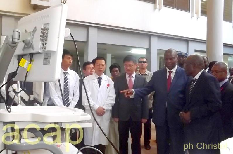 Faustin Archange Touadéra conversation avec la mission médicale chinoise dans le hall de l'hôpital de l'Amitié