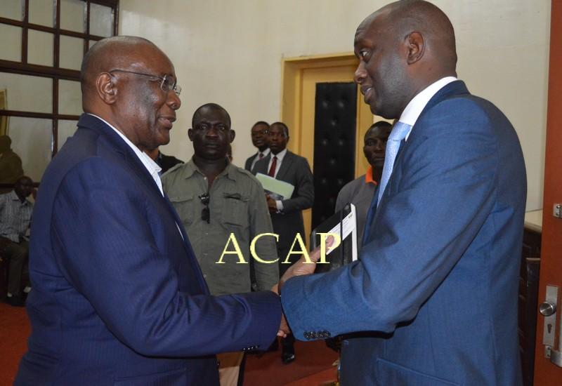 Salutations entre Abdou Karim Meckassoua et Serge Gakwandi
