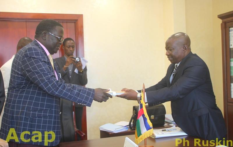 Marcel Loudégué (g) remettant l'avant-projet de code électoral au ministre Wanzet Linguissara