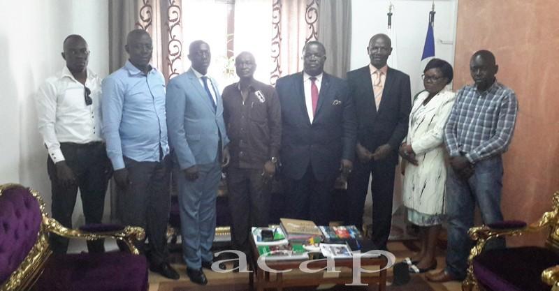 Le Président du CNOSCA Gilles Gilbert Gresenguet reçoit le nouveau bureau de la Fédération Centrafricaine de Handball