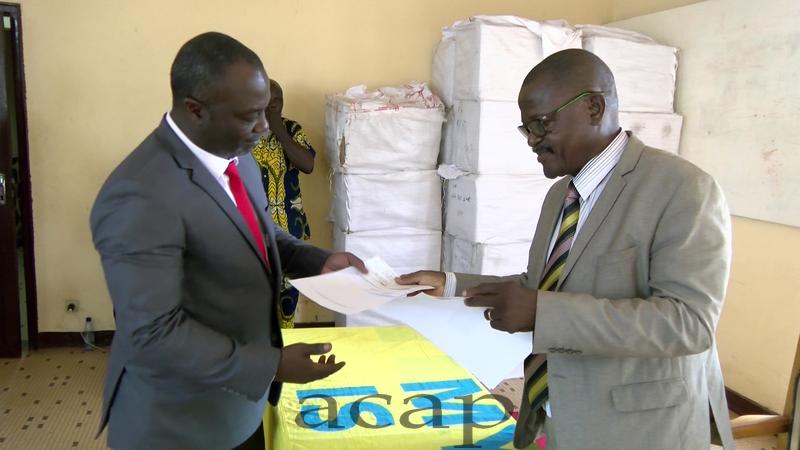 Igor Tola-Kogadou recevant le chèque des mains de Grégoire Zowaye