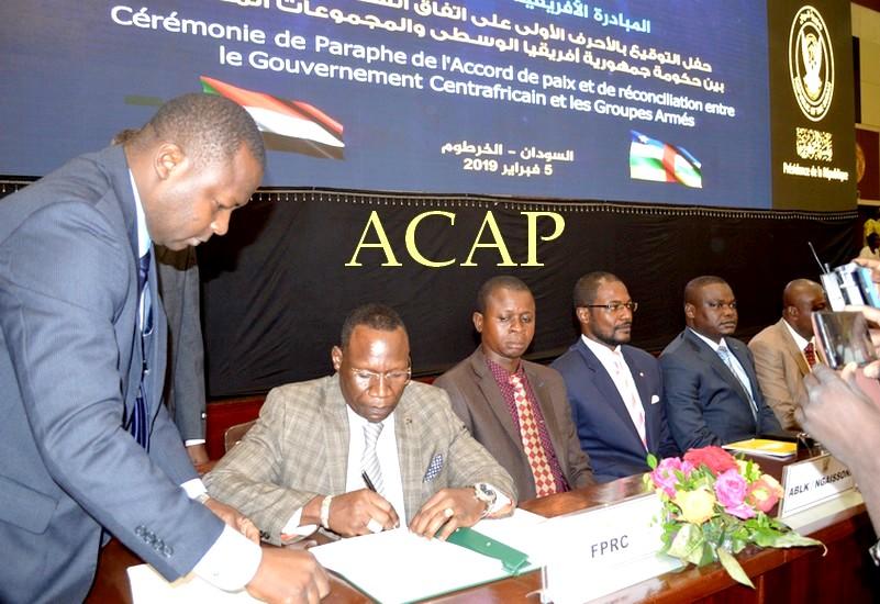 Le paraphe de l'accord de paix par les leaders des quatorze groupes armés, en première ligne, Nourrédine Adam du FPRC