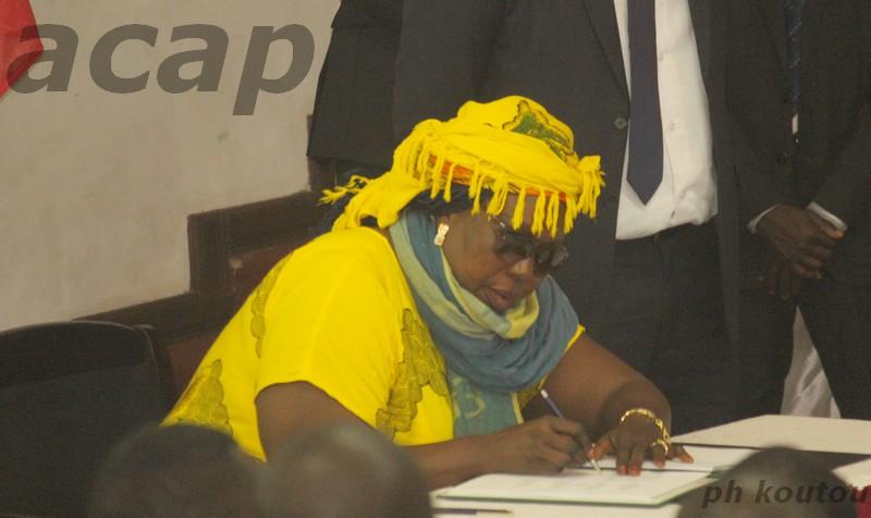 """Esther Guétel signant l'accord global de paix pour le compte de la tendance baptisée """"Bélanga"""" du mouvement Révolution et Justice"""