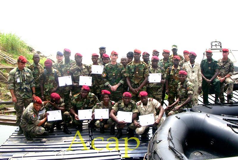 Des éléments du bataillon Amphibie achèvent une formation en entretien moteur et  en pilotage des zodiacs