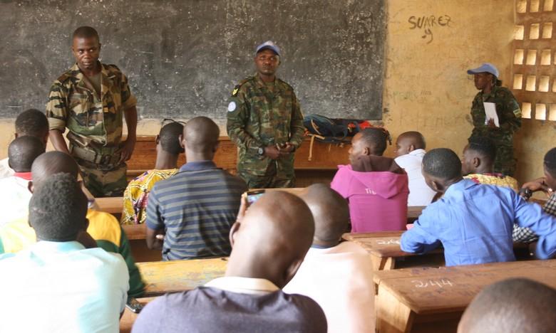 Candidats dans une salle sous la surveillance des militaires des FACA et de la MINUSCA
