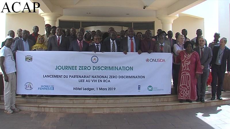 """Photo de famille après le lancement du partenariat national """"Zéro discrimination"""""""