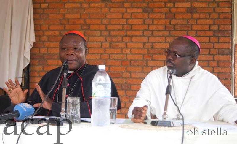 Monseigneur Dieudonné Nzapalaïnga, lors de sa conférence de presse en compagnie de Richard Appora, l'évêque de Bambari