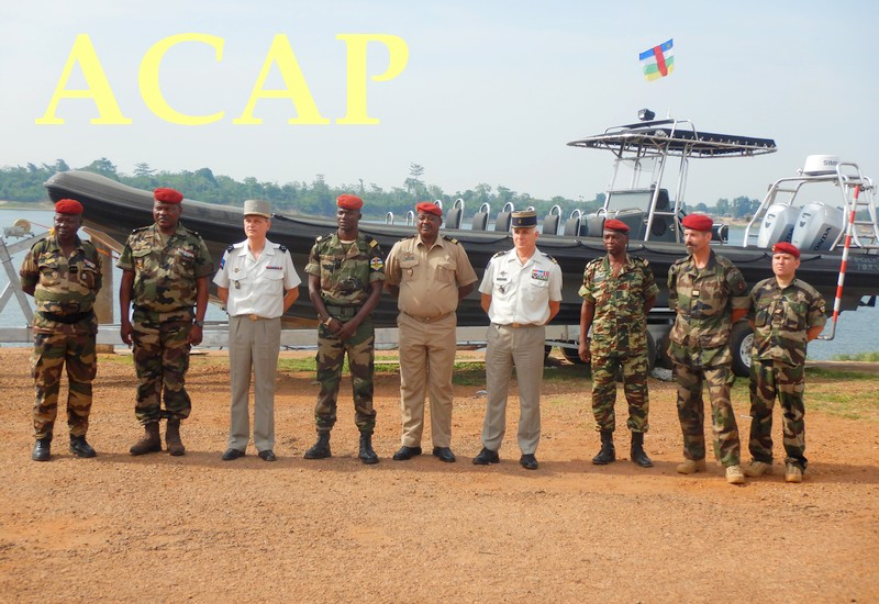 le général Didier Brousse posant avec le général Zephirin Mamadou,les officiels ainsi que les nouveaux conseillers