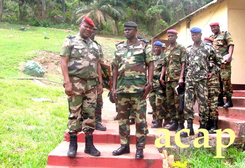 Le général Zéphirin Mamadou à gauche,posant avec le général François Ndiaye ainsi que leurs staffs