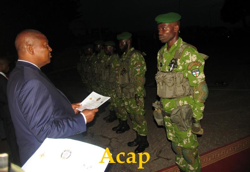 Le president Touadera entrain de remettre l'attestation à un élément de SAOS