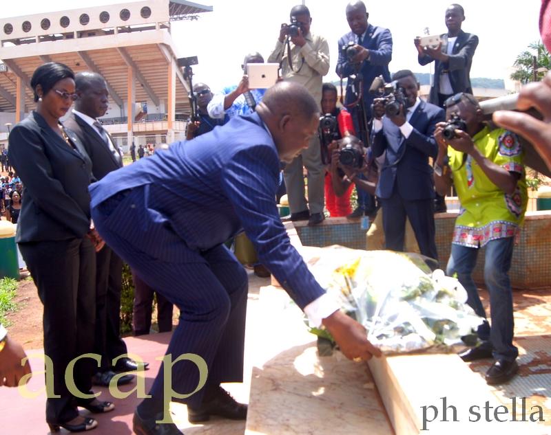 Le Premier-ministre Firmin Ngrébada déposant une gerbe de fleurs au pied du monument des martyrs, le 11 mai à Bangui