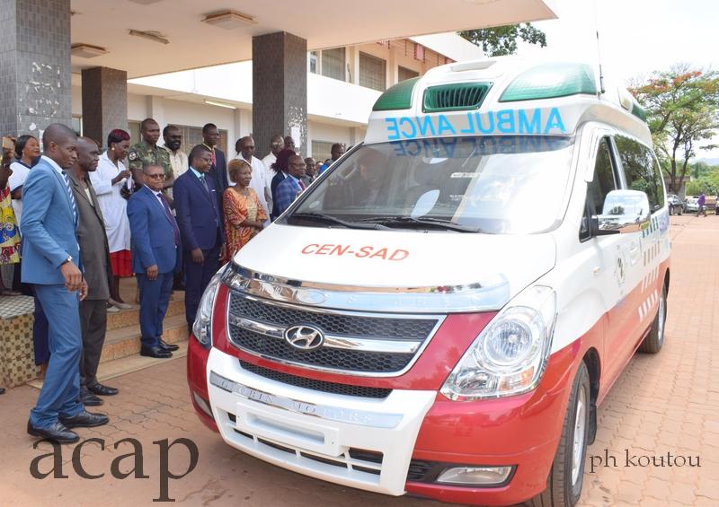 Pierre Somsé et Chancel Sékodé Ndeugbayi à l'hôpital de l'Amitié, lors de la remise de l'ambulance