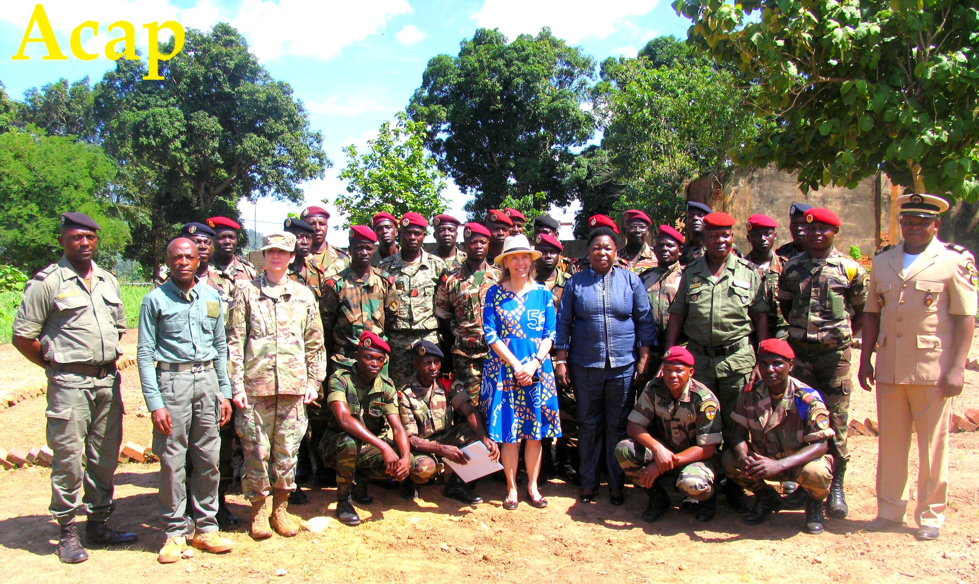 Au centre Mme Marie Noelle KOYARA, Mme Lyne TAMLYN posant avec les cadres Américains et nationaux ainsi que les récipiendaires