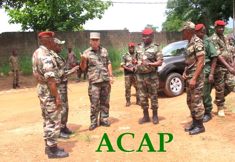 Au centre, le général J.P Perrin, le général Z Mamadou entourés des officiers centrafricains au camp Kassai