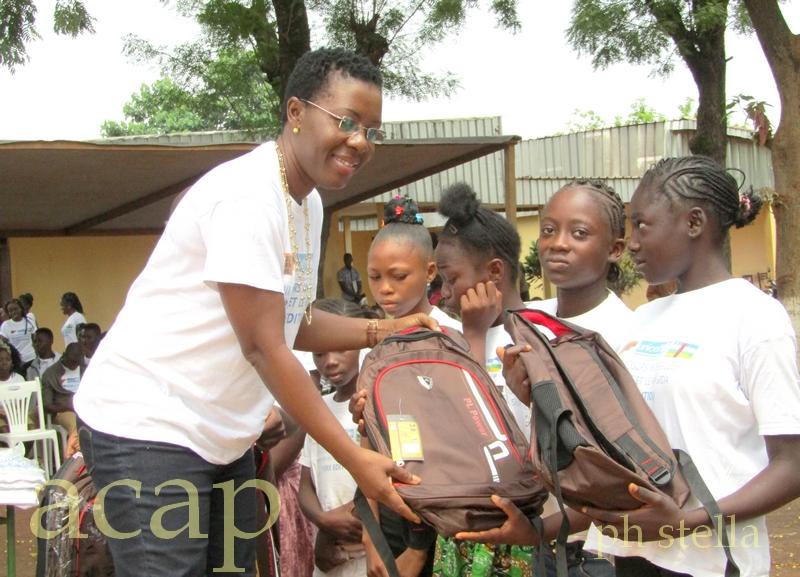 Dr Geneviève Ehounou remet les kits à une école lauréate