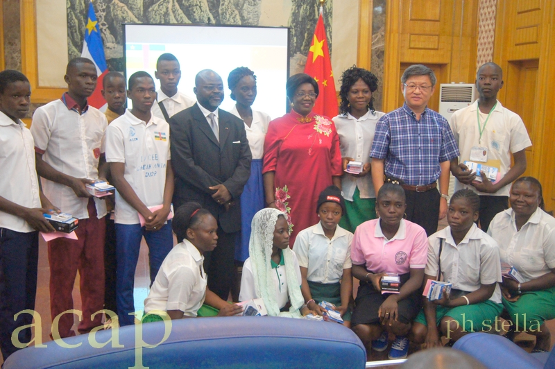 Remise de prix d'apprentissage de la langue chinoise aux élèves de Bangui