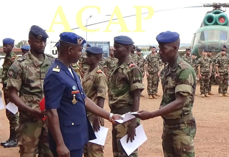 Remise de certificat aux éléments de l'armée de l'air par l'officier adjoint