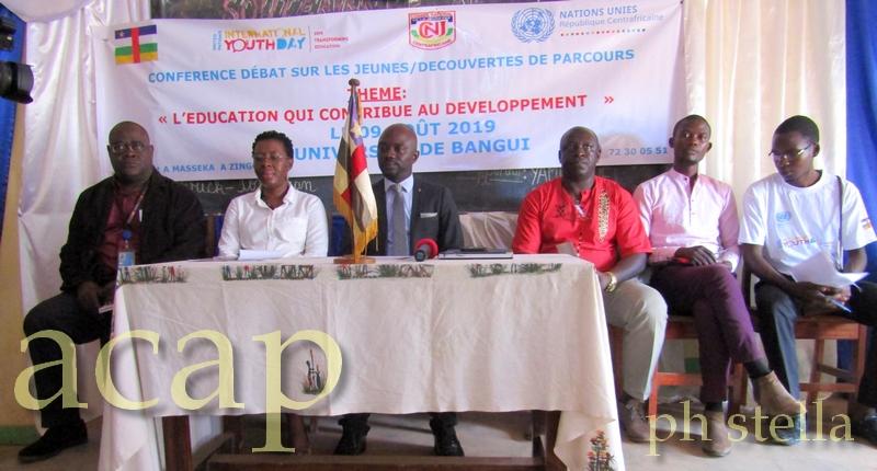 Thierry-Max Zouma en chemise rouge à gauche du ministre de la jeunesse, Régis-Lionel Dounda
