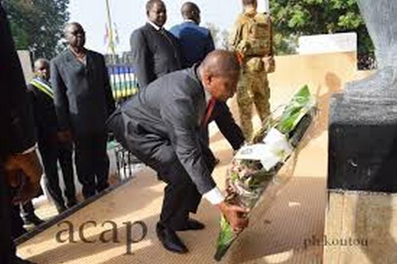 le président Touadéra déposant une gerbe de fleurs au monument Boganda (photo d'archives)