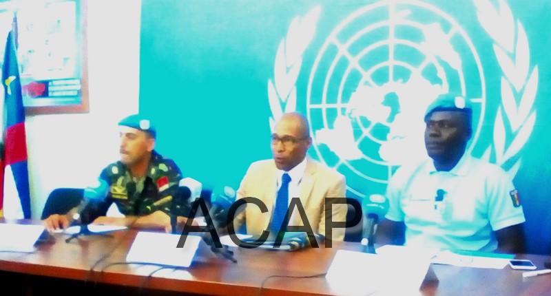 Vladimir Montéiro, porte parole de la Minusca au centre, Major Mohamed Ouabed, porte porte de la Force à gauche et Adjudant chef Alioume Kassé porte parole de police de la Minusca à droite