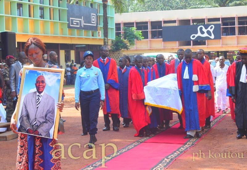 Les enseignants de l'université de Bangui portant le cercueil du docteur Bernard Voyémakoa