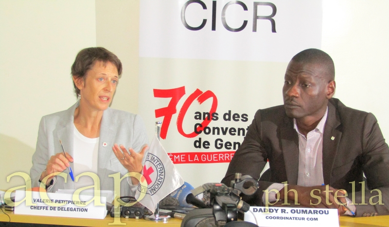 Mme Valérie Petitpierre, Cheffe de la délégation du Comité International de la Croix Rouge (CICR) à gauche et M. Daddy R. Oumarou, Coordonnateur com à droite