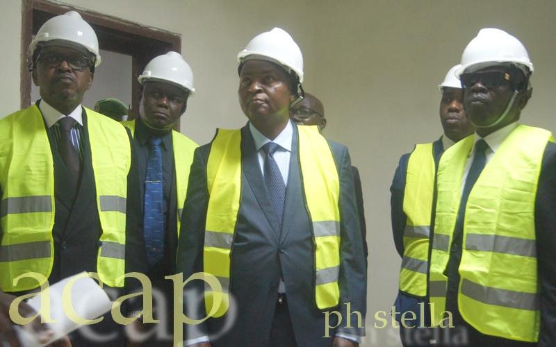 Le président Faustin Archange Touadéra (milieu) en compagnie d'Ange Maxime Kazagui (g) et de Jean-Pierre Amougou Belinga (d) sur le chantier de réhabilitation de Télé Centrafrique