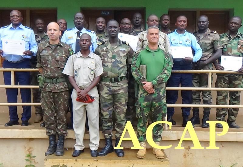 Les récipiendaires posant avec les instructeurs de l'EUTM-RCA, le 11 octobre 2019 au camp Kassai