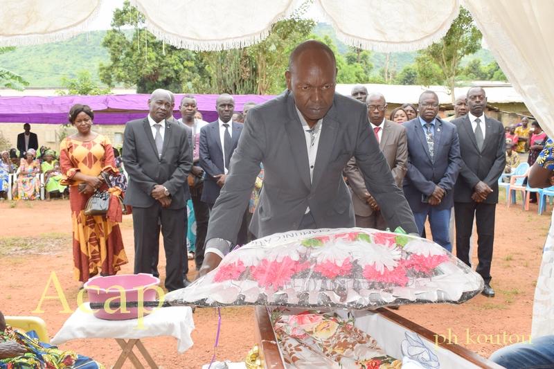 Simon Pierre Ndouba, Inspecteur central et représentant du ministre de la communication et des media dépose la gerbe de fleurs en mémoire du regretté