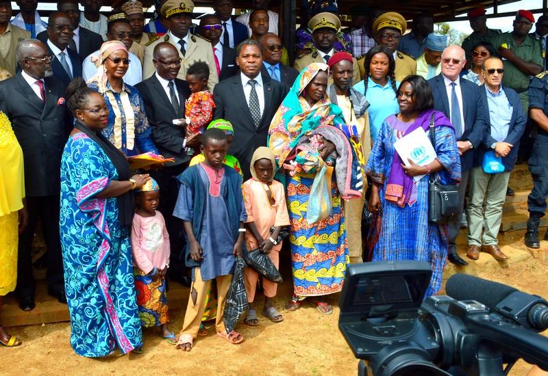 Une famille de retournés accueillis par les autorités camerounaises et centrafricaines, y compris la directrice régionale du HCR
